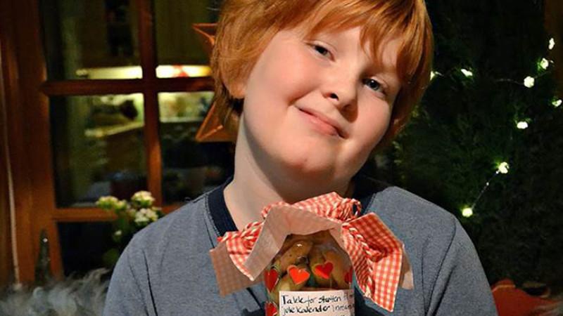 Sigurd holder glass med hjemmelagde kaker
