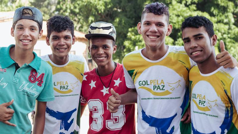 Gutter i fotballdrakt i Brasil
