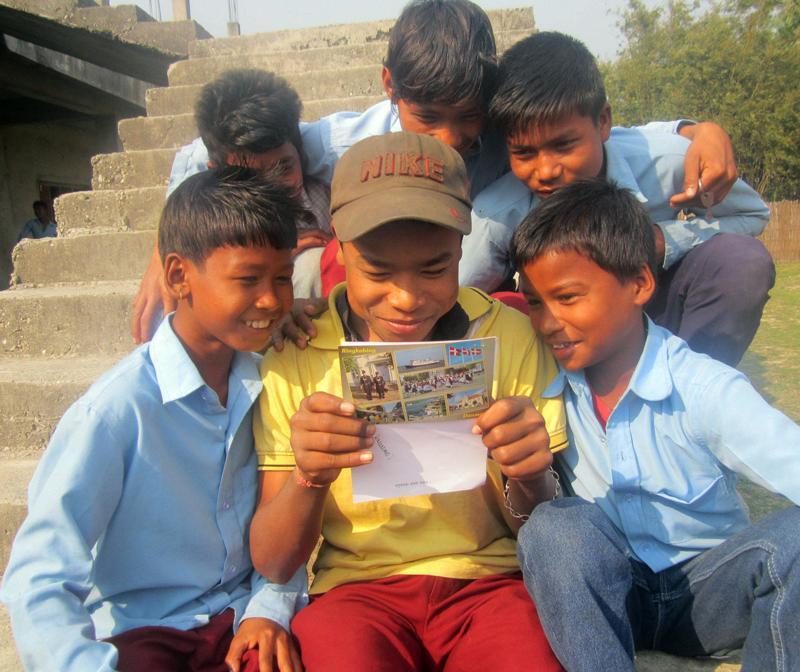Fadderbarn fra Nepal leser brev fra fadderen sin.