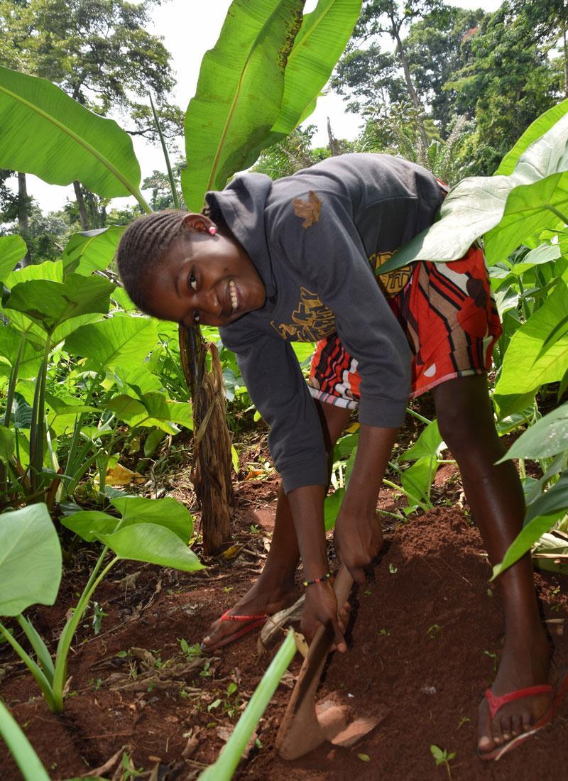 Fadderbarnet Liliane fra Kamerun graver i jorda