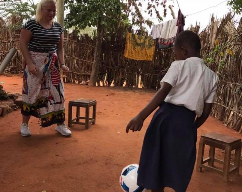 Neema spilte fotball sammen med besøket fra Norge