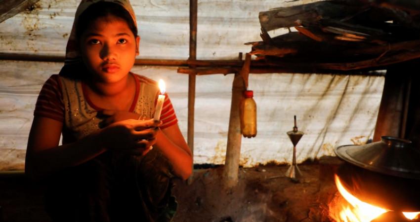 Rohingya jente sitter i et telt i flyktingeleiren i Bangladesh