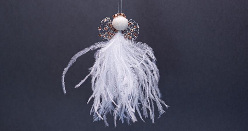Gaver med mening: Juleengel, hvite fjær, ravfargede perler. Foto.