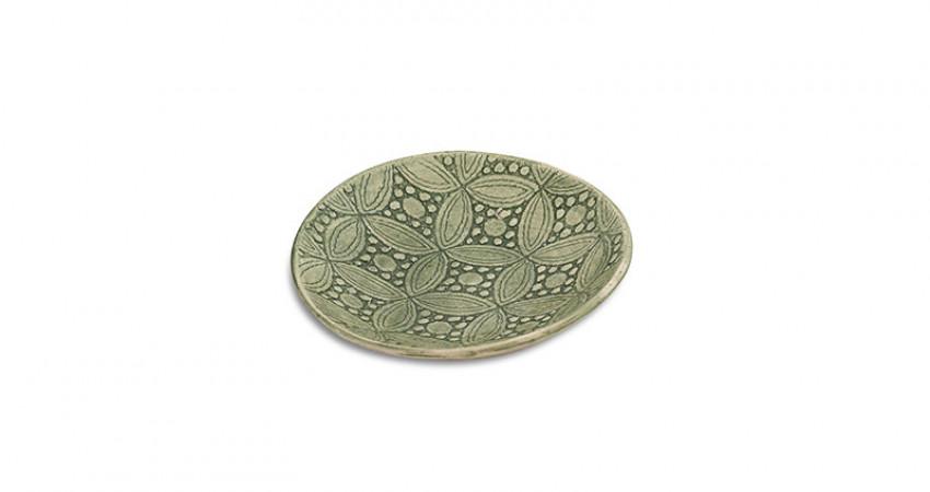 Gaver med mening: Grønn keramikkskål med mønster, lav kant. Wonki Ware. Hvit bakgrunn. Foto.