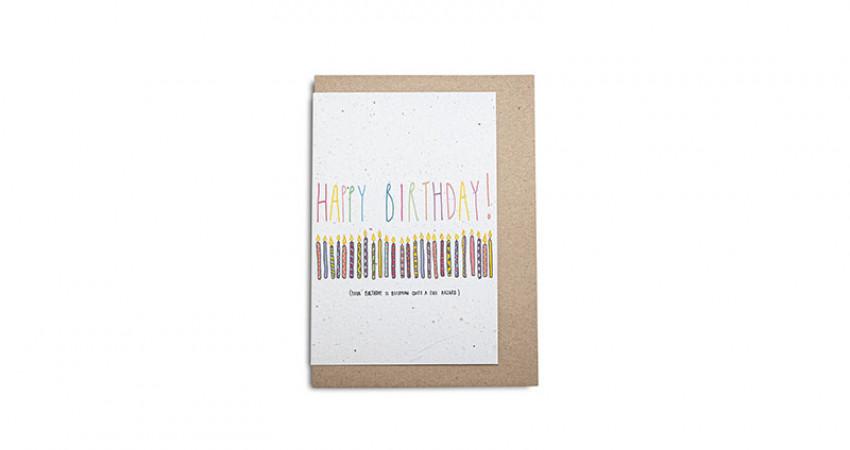 Gave med mening: Kort fra Growing Paper. Happy Birthday. Hvit bakgrunn.Foto.