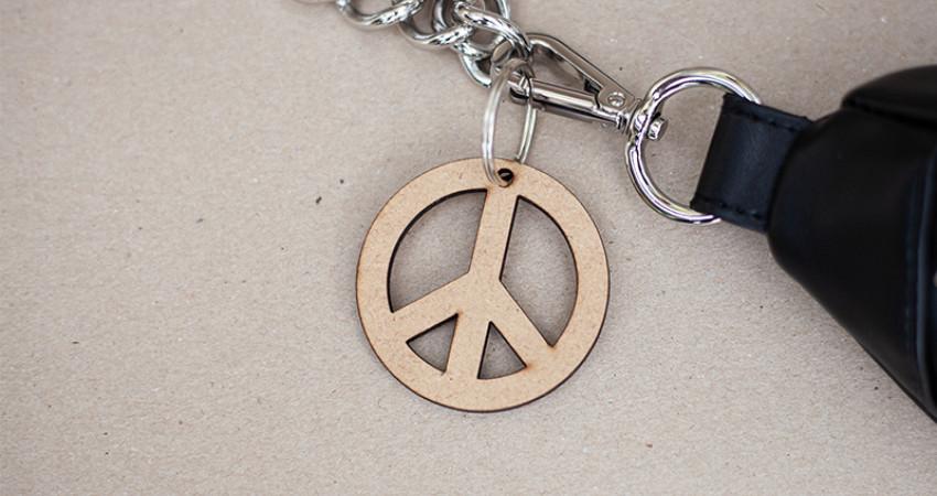 Gaver med mening: Nøkkelring, peacetegn. Foto.