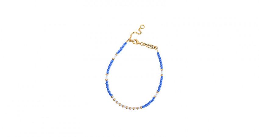 Gave med mening: Perlearmbånd med glassperler i blå, gull og hvit. Sølvlås Hvit bakgrunn. Foto.