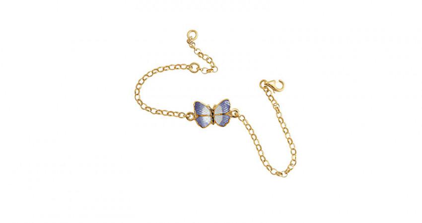Gave med mening: Forgylt sølvarmbånd med sommerfugl i emalje. Hånd. Hvit bakgrunn.Foto.