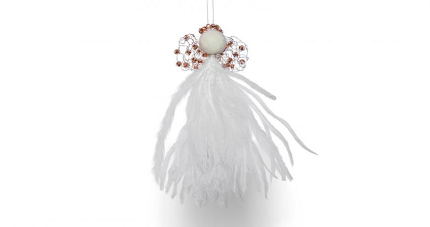 Julegaver med mening: Juleengel, hvite fjær, ravfargede perler. Foto.