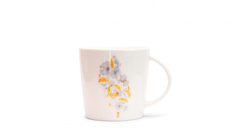 Julegave med mening: Porselenskopp med blomstermønster. Foto.
