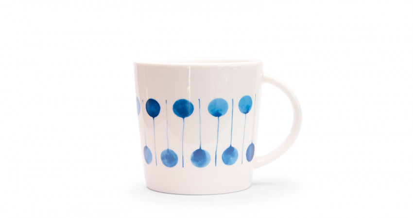 Julegave med mening: Porselenskopp med grafisk mønster. Foto.